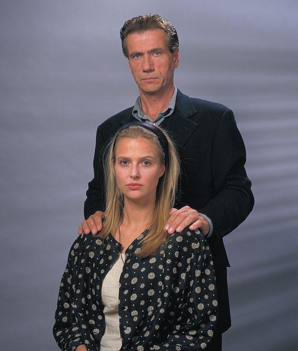 Nach einem Unfall ist die attraktive Hanna Reinders (Katharina Böhm, vorne) völlig ihrem krankhaft eifersüchtigen Ehemann Günther (Jürgen Prochnow,... - Bildquelle: Rolf von der Heydt ProSieben