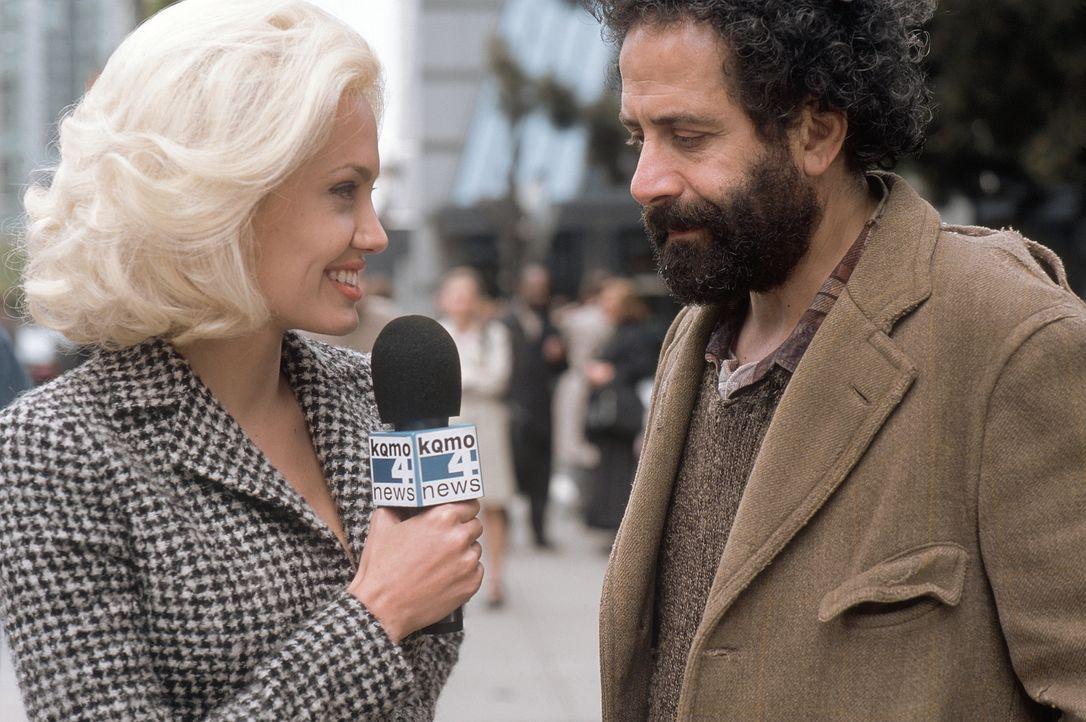 """TV-Reporterin Lainie (Angelina Jolie, l.) ist geschockt: """"Morgen hagelt es, und Donnerstag werden Sie sterben"""" orakelt der obdachlose Hellseher Jack... - Bildquelle: MONARCHY ENTERPRISES S.A.R.I. AND REGENCY ENTERTAINMENT (USA), INC."""