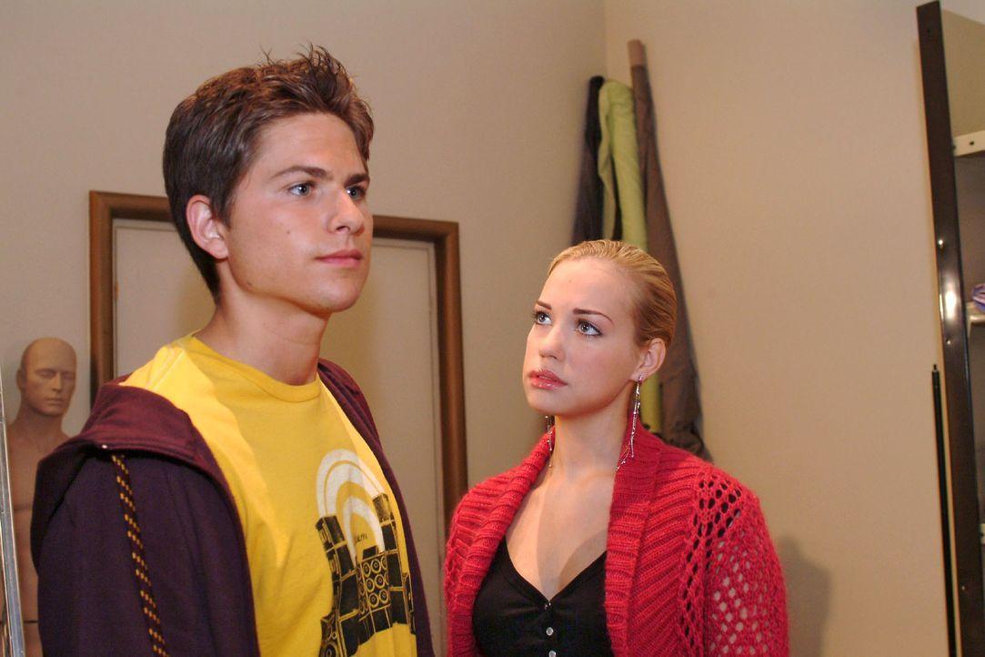 """Kim (Lara-Isabelle Rentinck, r.) leidet extrem unter der """"Beziehungspause"""" mit Timo (Matthias Dietrich, l.). - Bildquelle: Monika Schürle Sat.1"""
