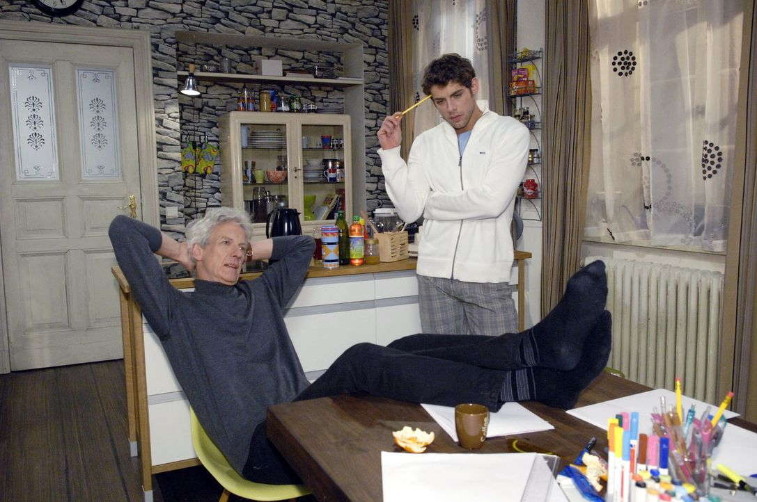 Robert (Mathieu Carrière, l.) und Jonas (Roy Peter Link, r.) arbeiten kreativ zusammen. - Bildquelle: Claudius Pflug Sat.1