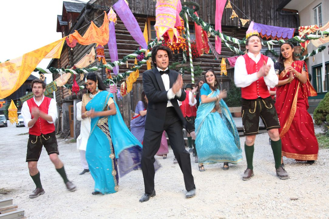 Bollywood kommt in die Berge: Schon bald gelingt es dem Bollywoodfilmstar Amit (Omar El-Saeidi, 3.v.l.) und seiner exotischen Truppe, die skeptische... - Bildquelle: Andrea Mayer-Rinner SAT. 1