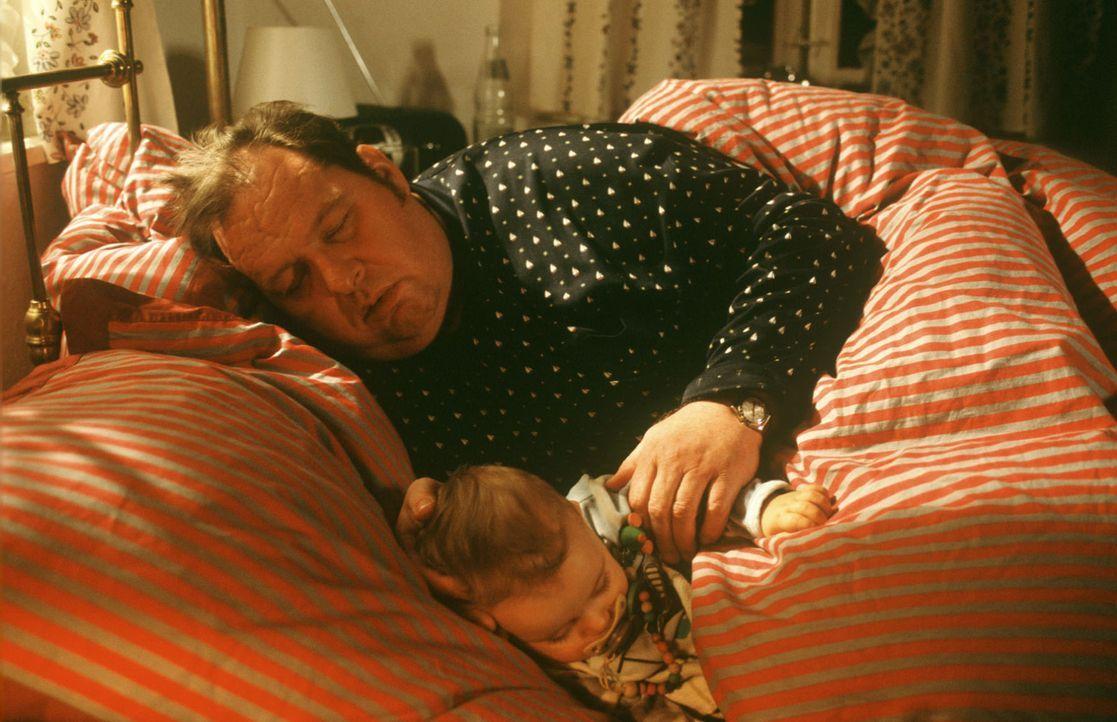 Benno (Ottfried Fischer, hinten) hat sich die ganze Nacht um den schreienden Lukas (Benjamin Reh, vorne) gekümmert ... - Bildquelle: Magdalena Mate Sat.1