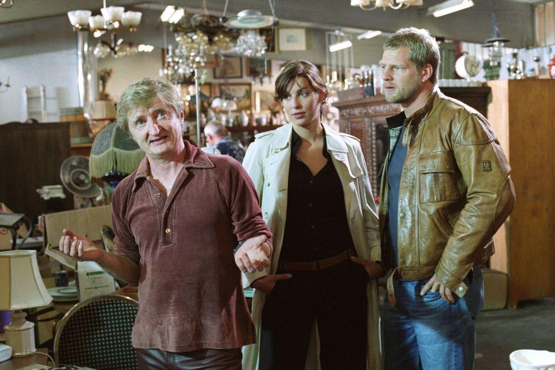 Trödler Toni (Michael Schreiner, l.) wird von Nina (Elena Uhlig, M.) und Leo (Henning Baum, r.) zum Tatverdächtigen Lohberg befragt. Toni behauptet,... - Bildquelle: Christian A. Rieger Sat.1