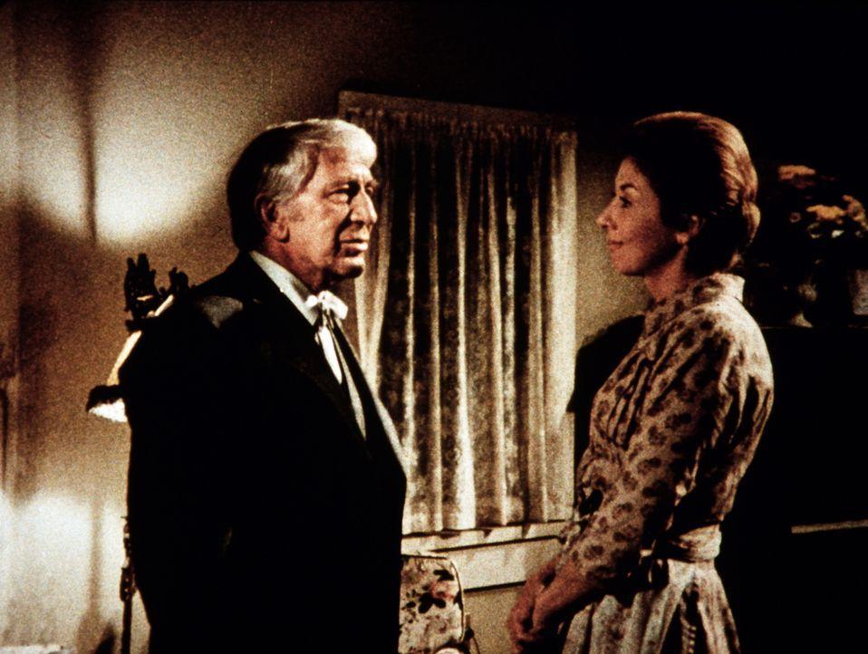 Olivia Walton (Michael Learned, r.) freut sich, ihren Onkel Cody (Eduard Franz, l.) nach langen Jahren in Waltons Mountain wiederzusehen. - Bildquelle: WARNER BROS. INTERNATIONAL TELEVISION