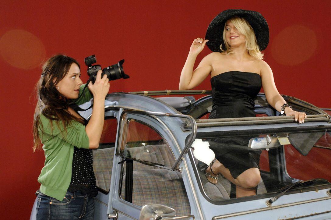 Paloma (Maja Maneiro, l.) macht Fotos von Anna (Jeanette Biedermann, r.). - Bildquelle: Oliver Ziebe Sat.1