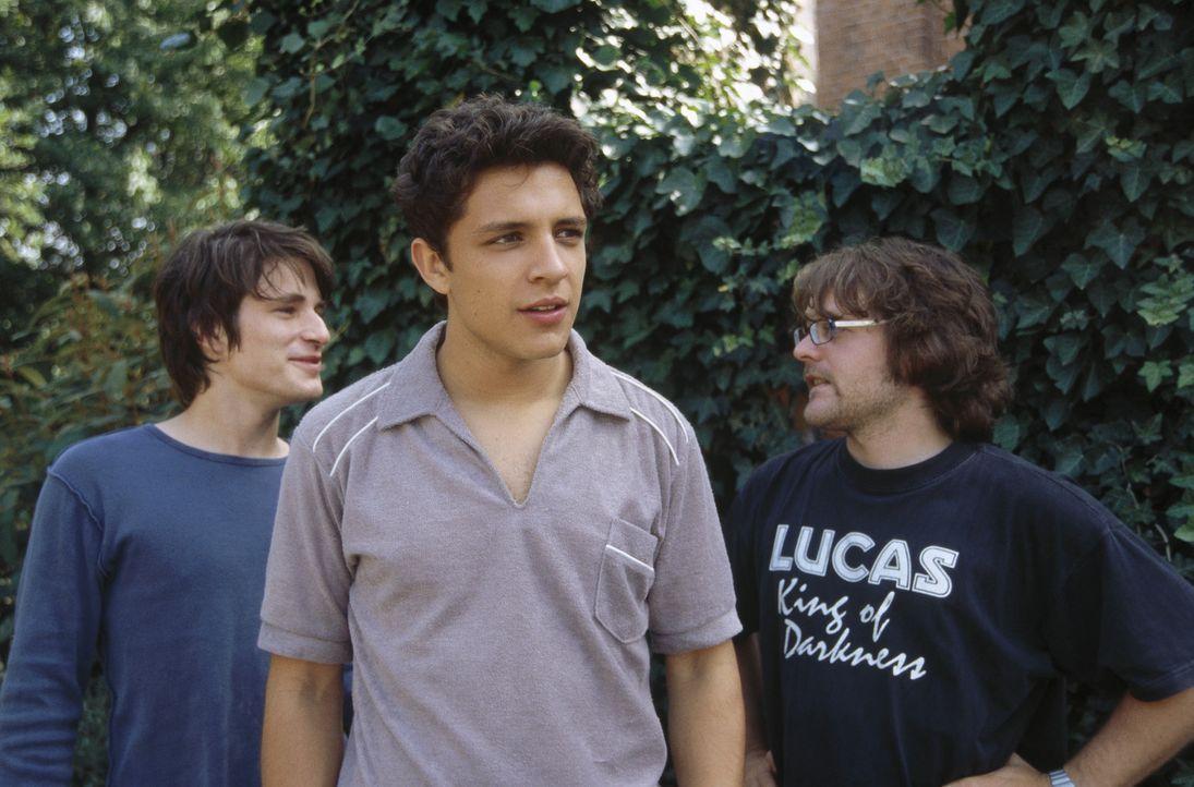 Eines Tages erhalten die drei jungen Musiker Til (David Winter, l.), Sinan (Toni Snétberger, M.) und Bramstedt (Tobias Kasimirowicz, r.) einen Telef... - Bildquelle: ProSieben