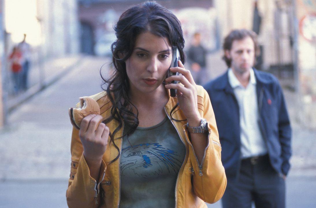 Kommissarin Lydia Sturm (Elena Uhlig, l.) ist nicht sonderlich daran interessiert, die Verlobte Patricks (Oliver Korittke, r.) aufzutreiben ... - Bildquelle: ProSieben
