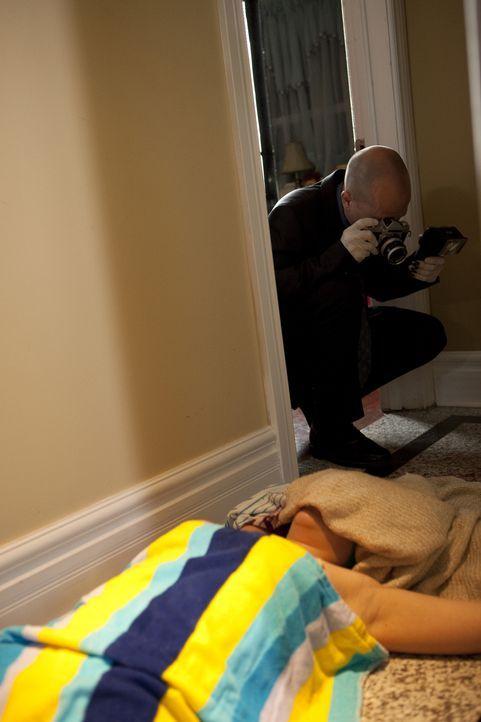 Das Nachthemd über ihr Gesicht gezogen und ein Messer zwischen ihren Beinen - als die Polizei den Tatort  im Haus von Debi Whitlock unter die Lupe n... - Bildquelle: Jeremy Lewis Cineflix 2010