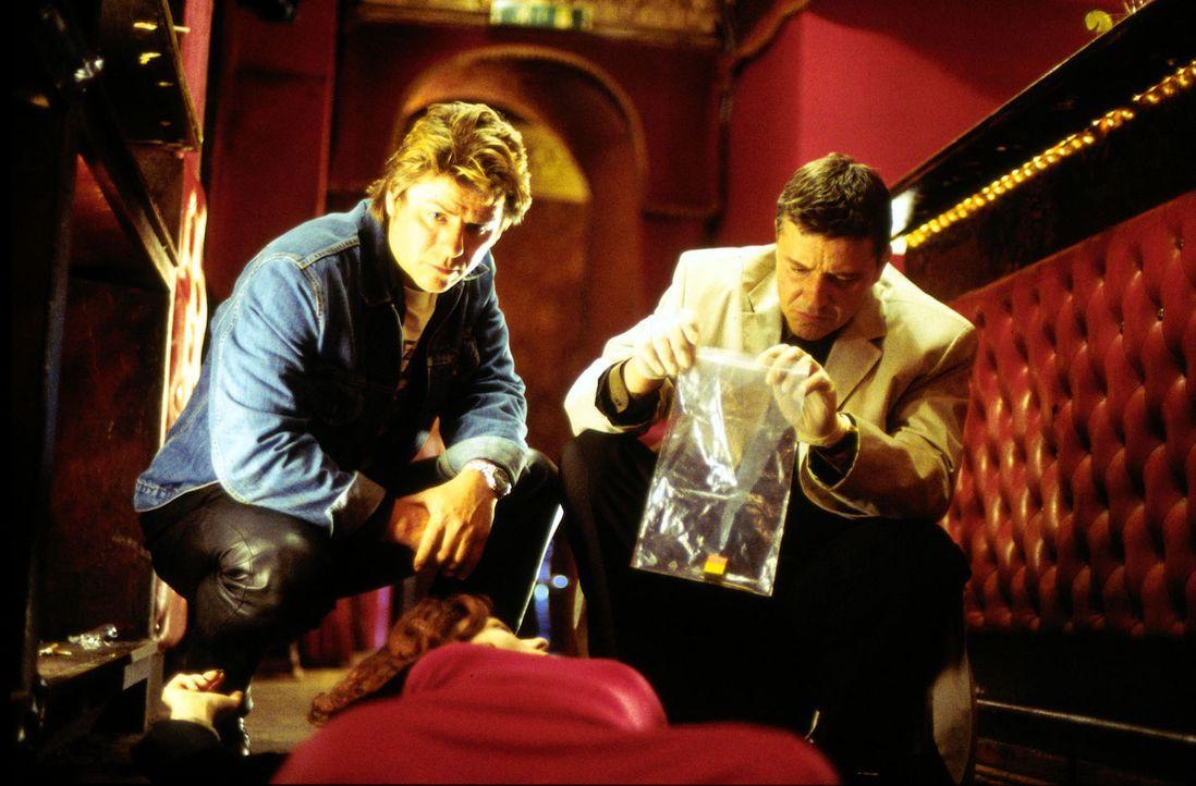 """Jupp Schatz (Uwe Fellensiek, l.) und Klaus Taube (Christian M. Goebel, r.) untersuchen den Tatort im """"Casablanca"""". - Bildquelle: Dobrivoie Kerpenisan Sat.1"""