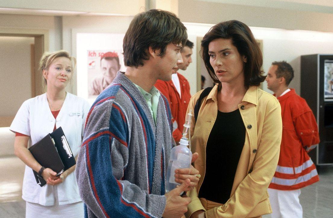 In dem Patienten Frank Zielke (Kristian Kiehling, M.) findet Katrin Tigges (Maren Schumacher, r.) einen verständnisvollen Freund für ihre Probleme.... - Bildquelle: Norbert Kuhroeber Sat.1