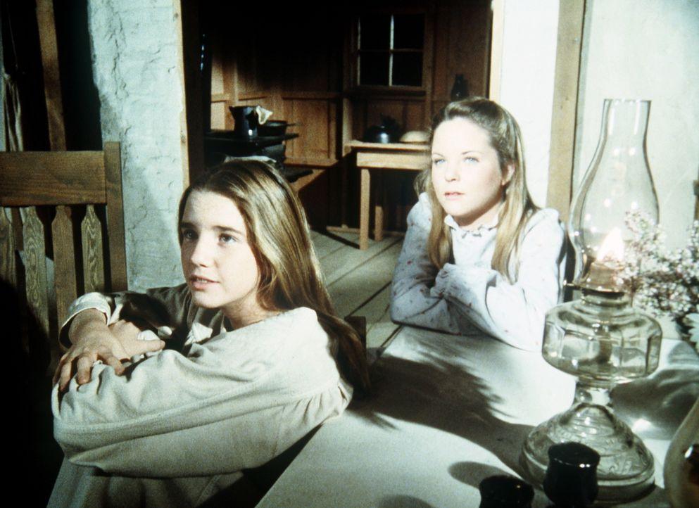 Laura (Melissa Gilbert, l.) und ihre Schwester Mary (Melissa Sue Anderson, r.) hören gespannt ihrer Mutter zu, die ihnen erzählt, wie sie ihren Vate... - Bildquelle: Worldvision