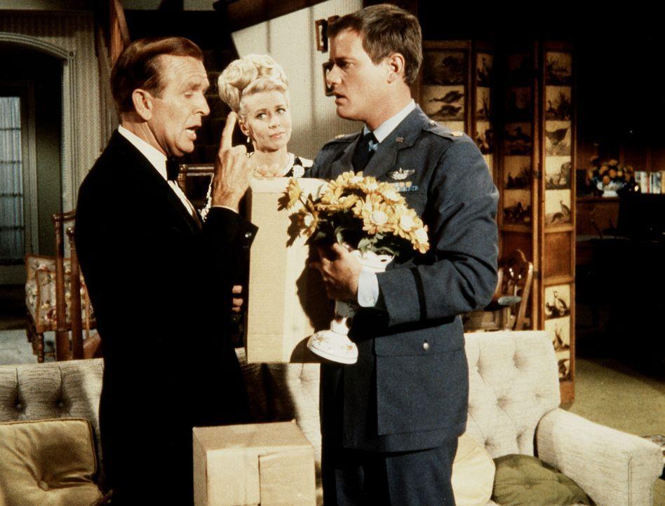 Tony (Larry Hagman, r.) ist ins Haus der Bellows (Hayden Rorke, l; Emmaline Henry, M.) eingedrungen, um Jeannie in ihrer Flasche zurückzuholen. - Bildquelle: Columbia Pictures