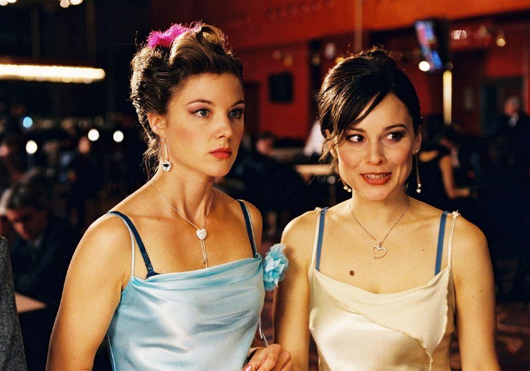 Lilly (Mina Tander, r.) und Jessica (Cordelia Wege, l.) versuchen ihr Glück im Casino. - Bildquelle: Stephan Rabold Sat.1