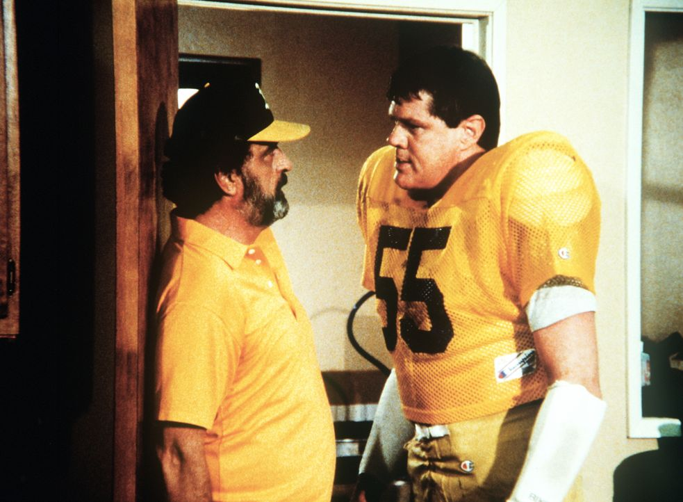 """Footballstar Alex (Ray Young, r.) und der """"Betreuer"""" Mark (Victor French, l.) freunden sich an. - Bildquelle: 20th Century Fox Television"""