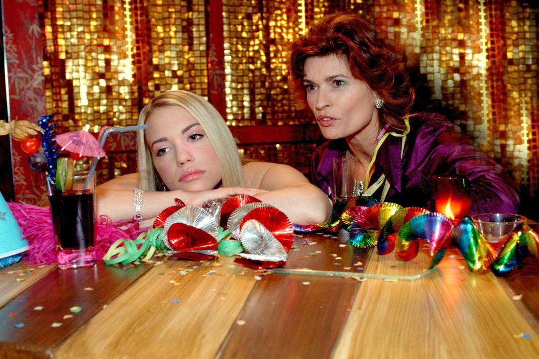 Neujahrsmorgen in der Tiki-Bar: Ausgerechnet in Kim (Lara-Isabelle Rentinck, l.) findet Sophie (Gabrielle Scharnitzky, r.) eine Leidensgenossin. - Bildquelle: Monika Schürle Sat.1