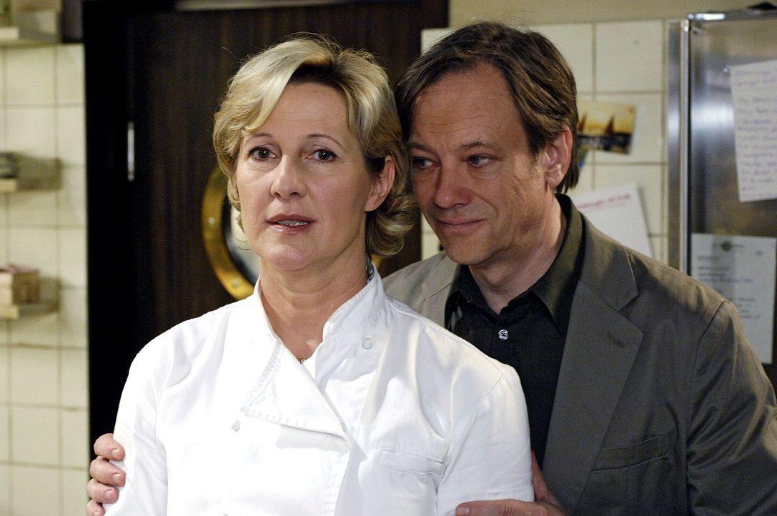 Susanne (Heike Jonca, l.) ist eifersüchtig - und versucht Armin (Rainer Will, r.) auf den Zahn zu fühlen. - Bildquelle: Oliver Ziebe Sat.1