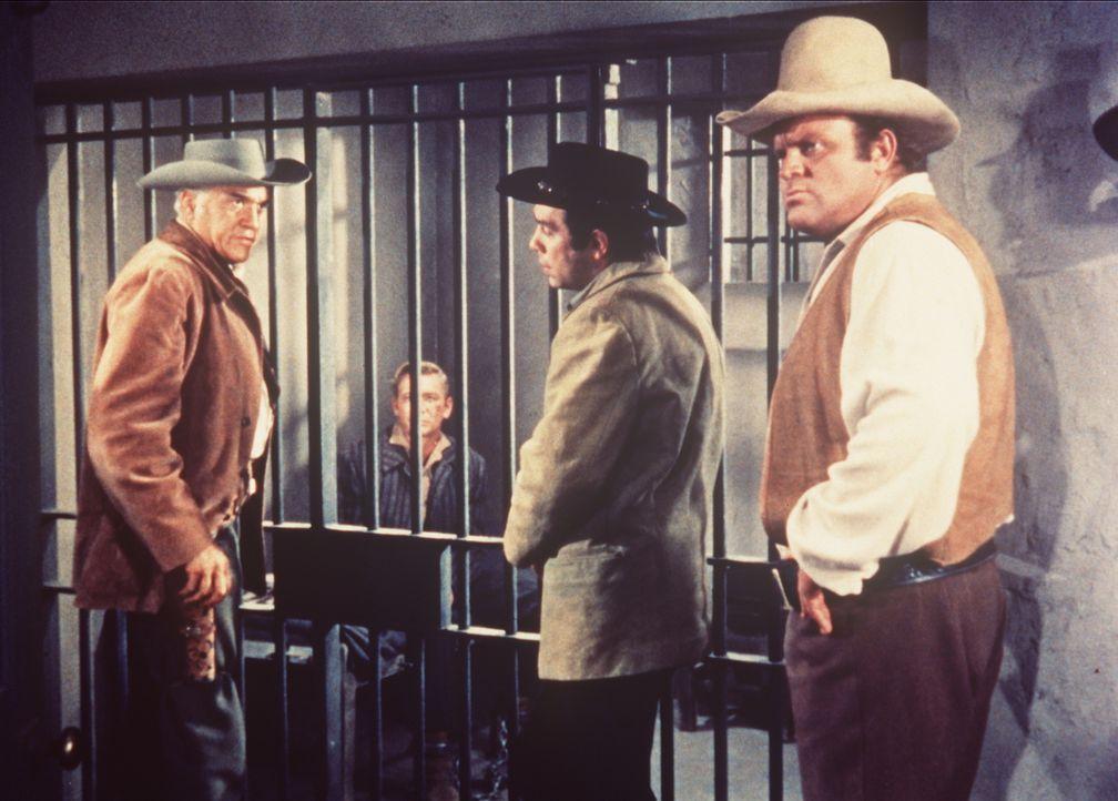 Ben (Lorne Greene, l.), Adam (Pernell Roberts, 2.v.r.) und Hoss Cartwright (Dan Blocker, r.) besuchen Dave Walker (Wesley Lau, 2.v.l.) in der Zelle... - Bildquelle: Paramount Pictures