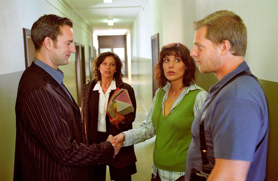 Hubrecht (Angela Roy, 2.v.l.) stellt Nina (Elena Uhlig, 2.v.r.) und Leo (Henning Baum, r.) den neuen Staatsanwalt Dr. Gassner (Christian Kahrmann, l... - Bildquelle: Christian A. Rieger Sat.1
