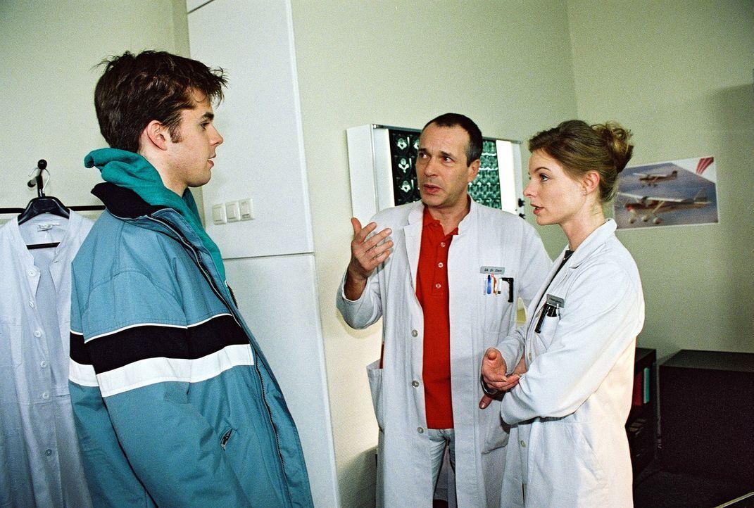 Seiner Freundin zuliebe will sich Ingo (Benjamin Quaiser, l.) sterilisieren lassen. Dr. Stein (Christoph Schobesberger, M.) und Paula Busch (Julia G... - Bildquelle: Monika Schürle Sat.1