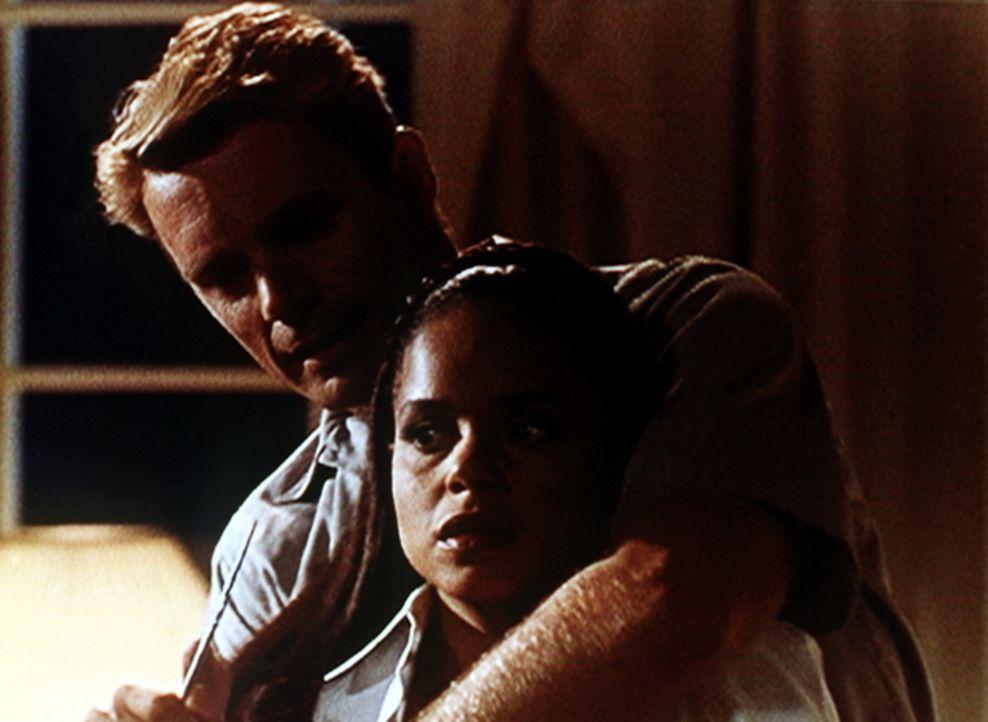Michael Dern (John Schneider, l.) hat Amanda (Victoria Rowell, r.) in seine Gewalt gebracht und droht damit, sie umzubringen. Kann sie dem Killer no... - Bildquelle: Viacom