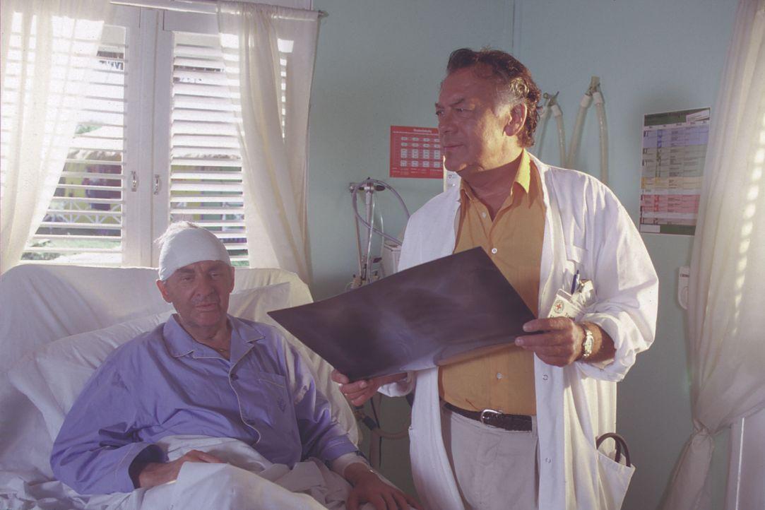 Dr. Henrik Willing (Harald Juhnke, l.); Dr. Frank Hofmann (Klausjürgen Wussow, r.) - Bildquelle: Lisa Film