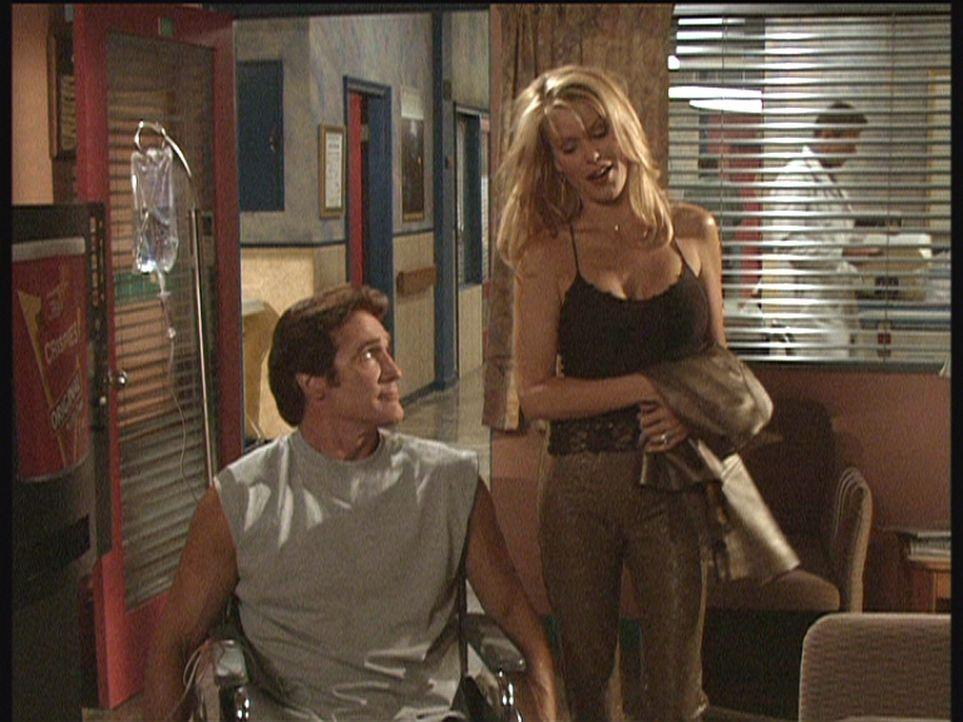 Der bei einem Verkehrsunfall verletzte Steve (Barry Van Dyke, l.) ist schon wieder auf dem Weg der Besserung und flirtet heftig mit der Pharma-Vertr... - Bildquelle: Viacom