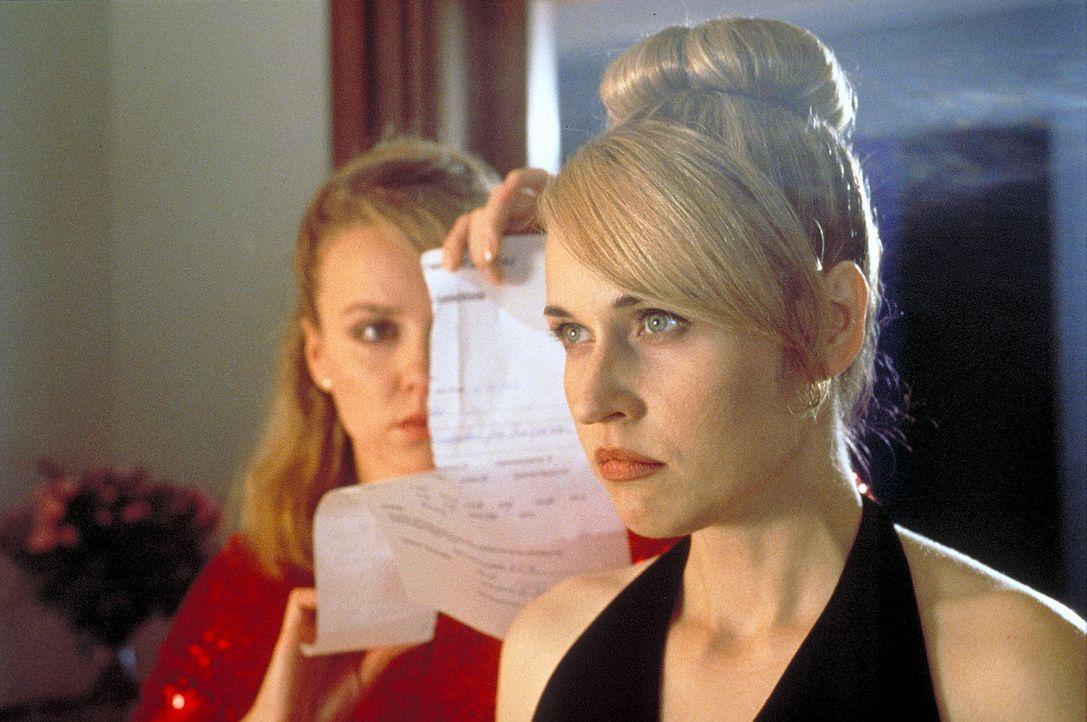 Vor den Augen der leukämiekranken Schwester Meike (Anica Dobra, r.) zerreißt die rachsüchtige Lena (Claudia Messner, l.) die Einwilligung zu der leb... - Bildquelle: A. Kiermeier ProSieben