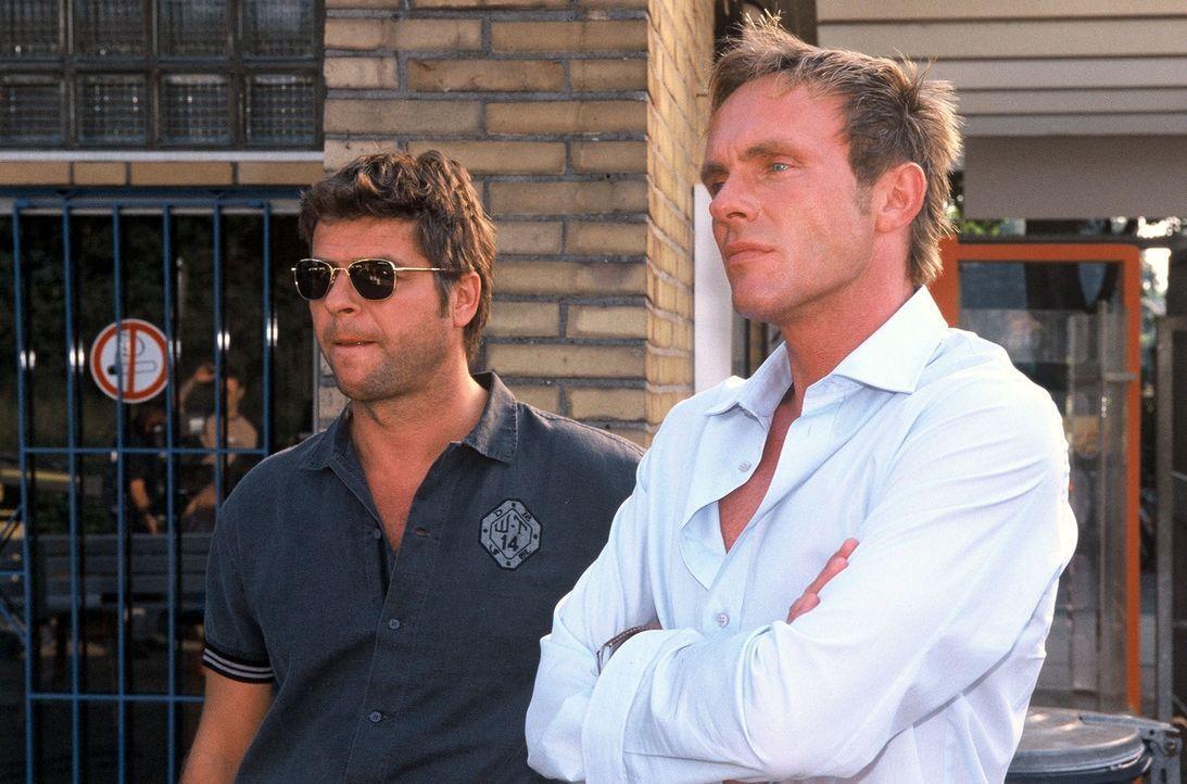 Jupp (Uwe Fellensiek, l.) und Falk (Dirk Martens, r.) kommen ins Schwimmbad. - Bildquelle: Munstermann Sat.1