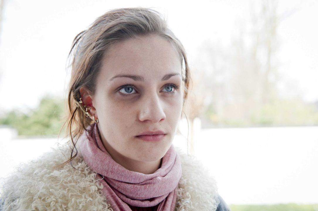 Wird in einem Mordfall gesucht: Lizzy (Karoline Teska, l.) ... - Bildquelle: Martin Rottenkolber SAT.1 / Martin Rottenkolber