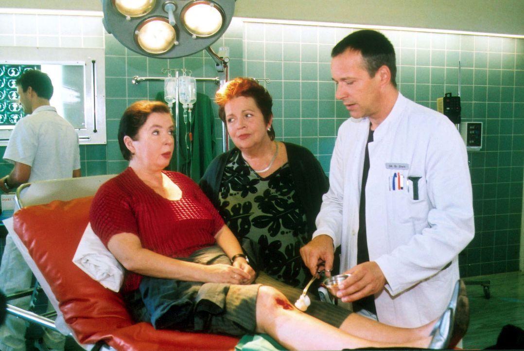 Sonja Beifuß (Simone von Zglinicki, l.) wird von Dr. Stein (Christoph Schobesberger, r.) untersucht und erhält gute Ratschläge von Schwester Klara (... - Bildquelle: Norbert Kuhroeber Sat.1