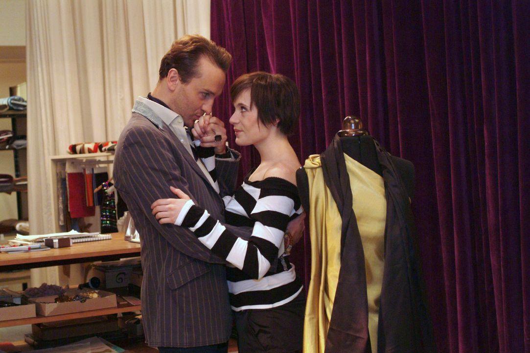 Hugo (Hubertus Regout, l.) überrascht Britta (Susanne Berckhemer, r.) mit der Idee zu einer Blitz-Hochzeitsreise nach Schottland. - Bildquelle: Monika Schürle Sat.1