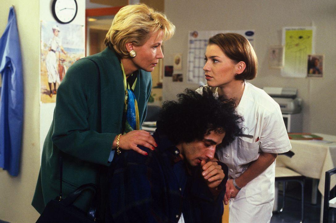 Stephanie (Claudia Schmutzler, r.) und Frau Riedel (Angela Neumann, l.) versuchen von Benny (Asad Schwarz, M.) zu erfahren, wer die Drogen besorgt h... - Bildquelle: Noreen Flynn Sat.1