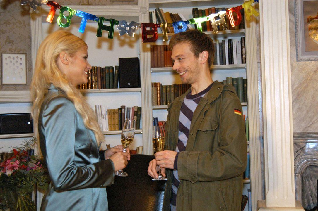 Jürgen (Oliver Bokern, r.) freut sich, mit seinem Humor bei Sabrina (Nina-Friederike Gnädig, l.) ins Schwarze zu treffen und schöpft Hoffnung, ihr w... - Bildquelle: Monika Schürle Sat.1