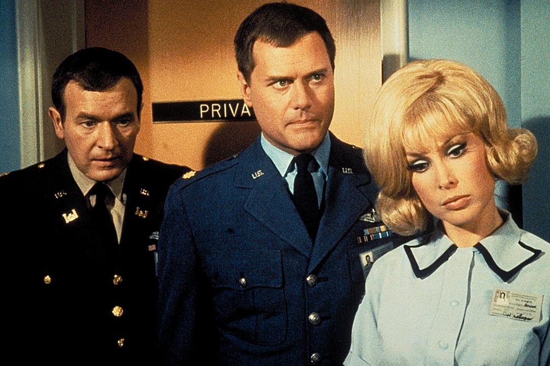 Jeannie (Barbara Eden, r.), Tony (Larry Hagman, M.) und Roger (Bill Daily, l.) bestürzt die Nachricht, dass Dr. Bellows seinen Job verlieren soll. - Bildquelle: Columbia Pictures
