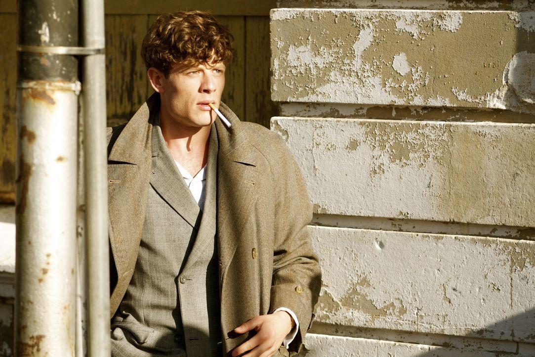 Der aufgeweckte Kolia (James Norton) lässt sich auf ein gefährliches Spiel mit dem Feuer ein, das ihn jeden Moment das Leben kosten könnte ... - Bildquelle: TM &   2012 BBC