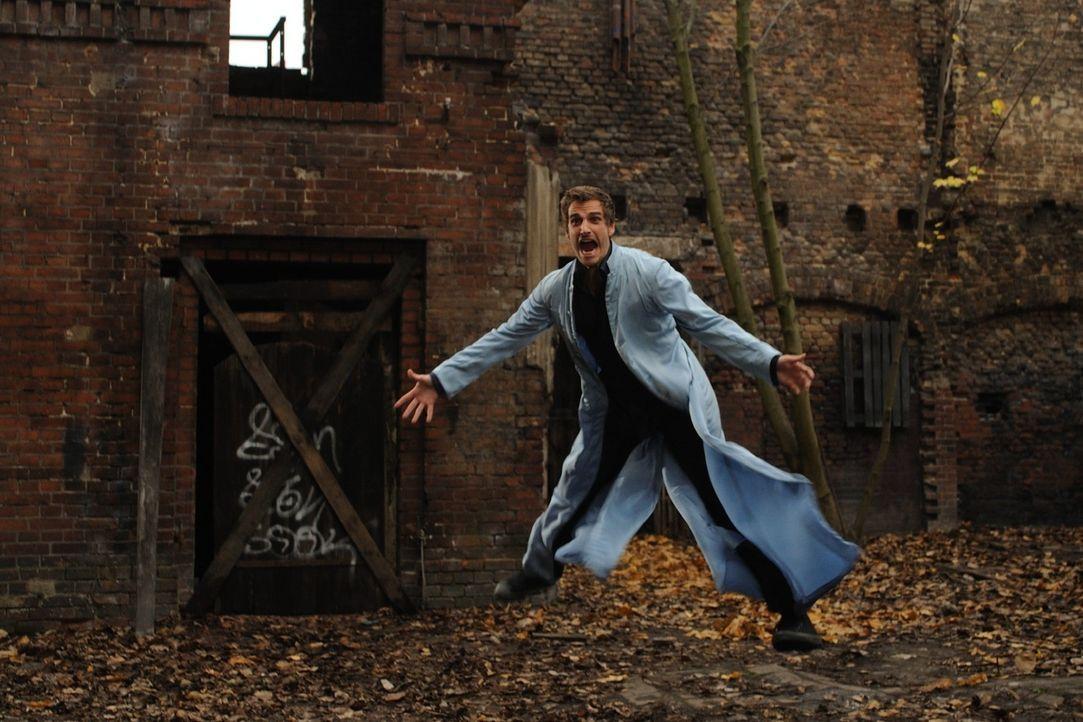 Immer wieder vergeblich versucht Uriel (Max von Thun), zu Laura zu gelangen. Doch sein Chef, Engel Gabriel, setzt all seine trickreiche Erfahrung ei... - Bildquelle: Hardy Spitz SAT.1