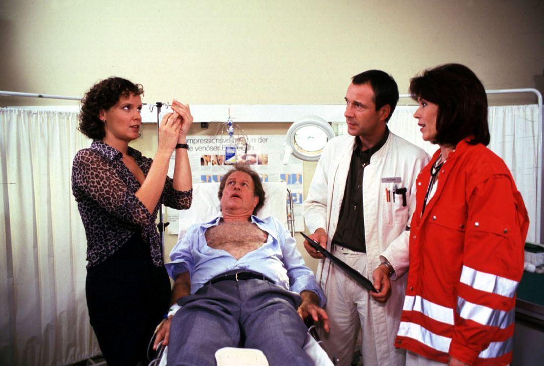 """Nachdem Stefanny (Julia Hentschel, l.) Werner Busch (Gerhart Lippert, 2.v.l.), den herzkranken Vater der Patientin """"Pille"""", in einer Kneipe aufgestö... - Bildquelle: Noreen Flynn Sat.1"""