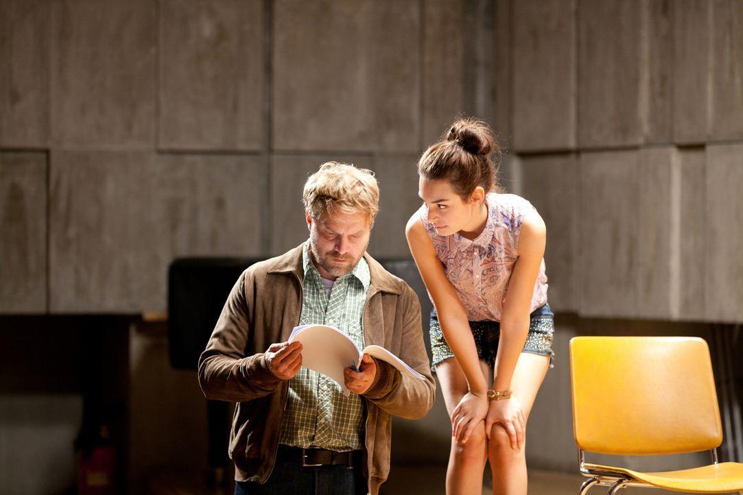 Noch ist Frank (Janek Rieke, l.) nicht klar, dass sich seine Schülerin Sara (Sarah Horváth, r.) hoffnungslos in ihn verguckt hat ... - Bildquelle: Maor Waisburd SAT.1