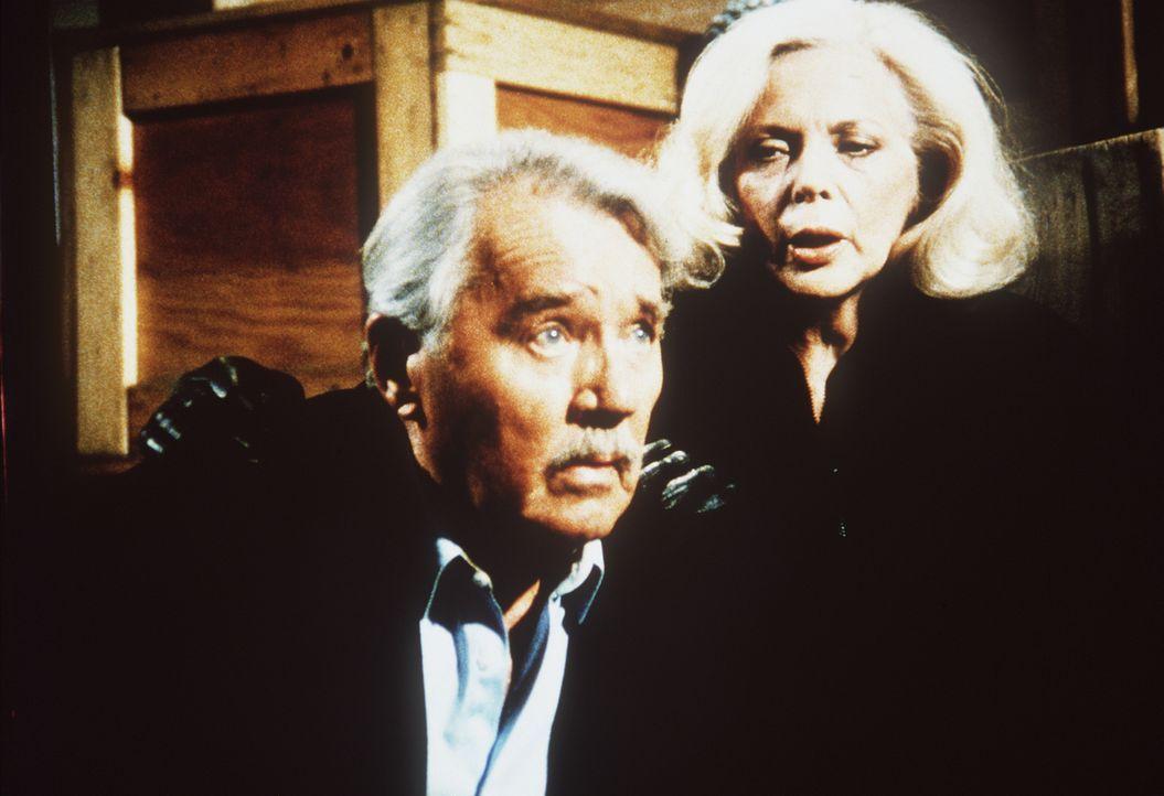 Der Gründer des Geheimdienstes, Harry Thornton (Howard Duff, l.), hat seine Freundin Christina (Barbara Bain, r.) aus der Sowjetunion geholt. Im Gep...