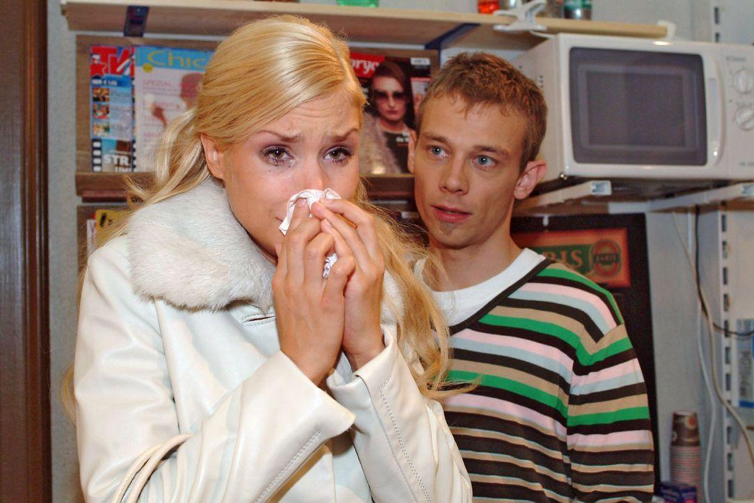 Völlig schockiert über Richards Verhalten, sucht Sabrina (Nina-Friederike Gnädig, l.) Trost bei Jürgen (Oliver Bokern, r.). - Bildquelle: Monika Schürle Sat.1