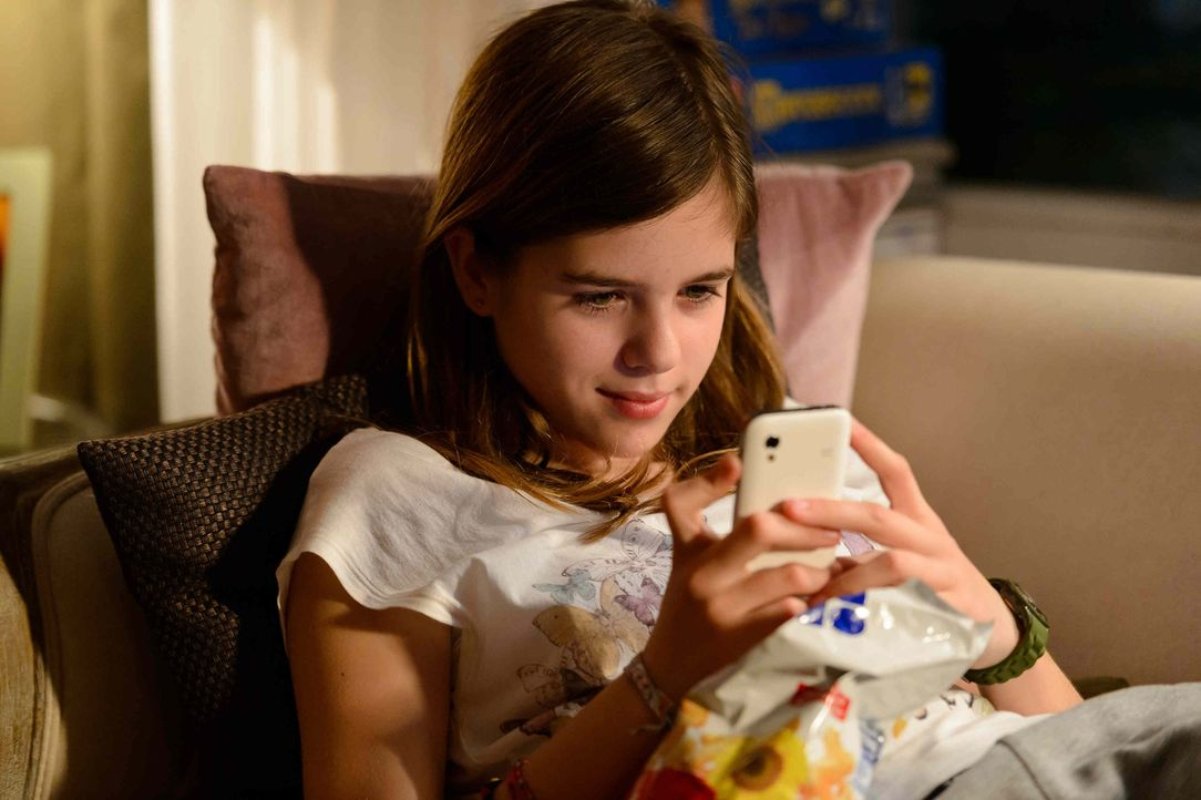Nach der Trennung ihrer Eltern zieht sich die 12-Jährige Jessy (Jamie Bick) immer mehr in die Online-Welt zurück. Ihre neue Chat-Freundin Chrissy sc... - Bildquelle: Willi Weber SAT.1
