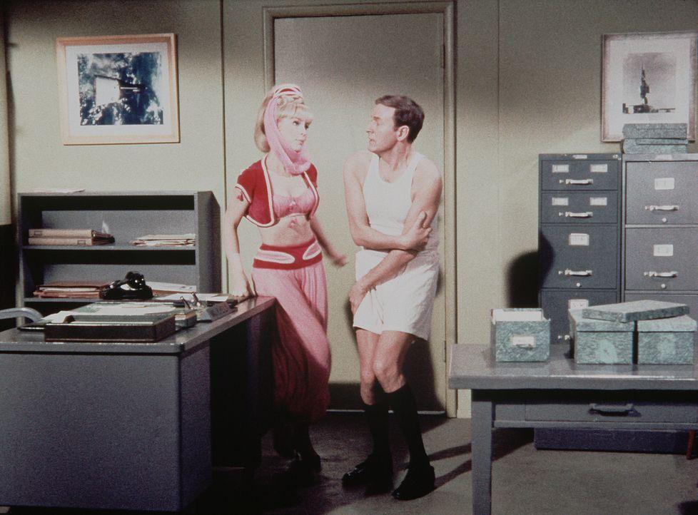 Jeannie (Barbara Eden, l.) und Roger (Bill Daily, r.) beratschlagen, wie Tony geholfen werden kann, wenn Dr. Bellows zu Besuch kommt. Doch dummerwei... - Bildquelle: Columbia Pictures