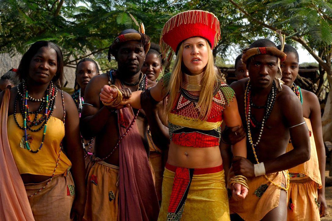 Als sich Lisa (Wolke Hegenbarth, 2.v.r.) plötzlich in einem außergewöhnlichen afrikanischen Gewande wiederfindet, wird ihr klar, dass sie schon wied... - Bildquelle: David Gur SAT.1