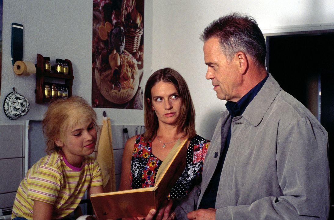 Kommissar Wolff (Jürgen Heinrich, r.) erfährt von Julia Novak (Gunda Ebert, M.), dass ihre Tochter Jenny (Johanna Thomas, l.) einen Tumor im Kopf ha... - Bildquelle: Alfred Raschke Sat.1
