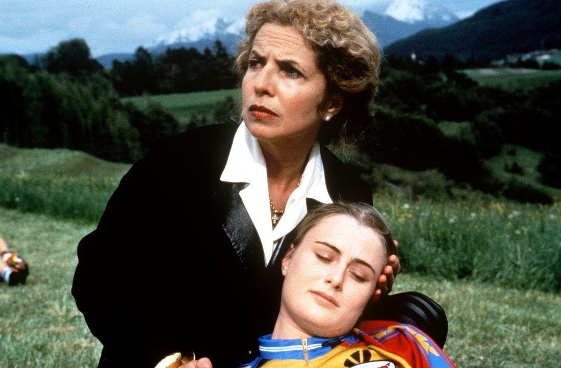 Gräfin Alexandra von Brauneck (Michaela May); Vroni (Carol Seyboth, r.) - Bildquelle: Beta Film GmbH