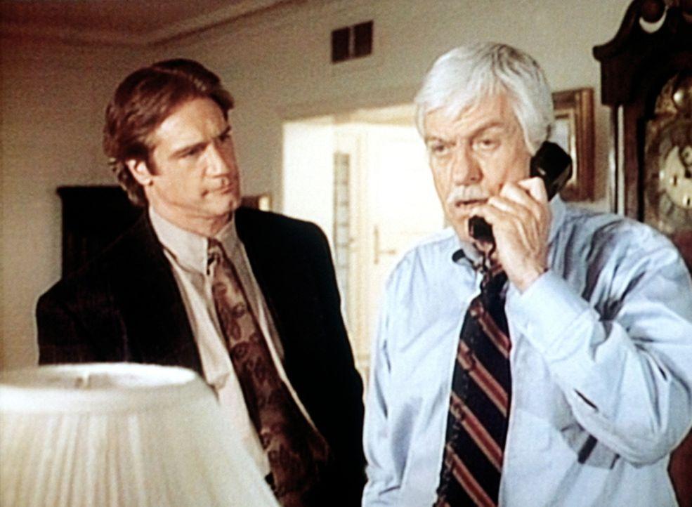 Dr. Sloan (Dick Van Dyke, r.) führt ein wichtiges Telefonat. Sein Sohn Steve (Barry Van Dyke, l.) schaut ihm skeptisch zu. - Bildquelle: Viacom