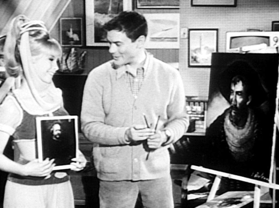 Tony (Larry Hagman, r.) hat für eine Benefiz-Show ein Bild von Rembrandt kopiert. Jeannie (Barbara Eden, l.) meint ihm etwas Gutes zu tun, indem sie... - Bildquelle: Columbia Pictures