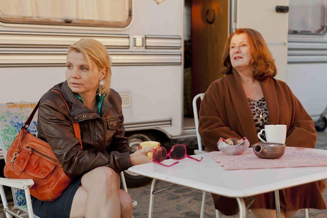 Dannis' (Annette Frier, l.) neue Mandantin Ulla Bode (Traute Hoess, r.) arbeitet als Prostituierte in einem Campingwagen. Nun erweitert die Stadt Kö... - Bildquelle: Frank Dicks SAT.1
