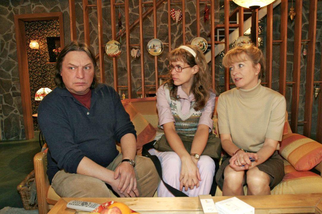 Bernd (Volker Herold, l.) fühlt sich von der geballten Frauenpower Lisas (Alexandra Neldel, M.) und Helgas (Ulrike Mai, r.) in die Ecke gedrängt ...... - Bildquelle: Noreen Flynn Sat.1