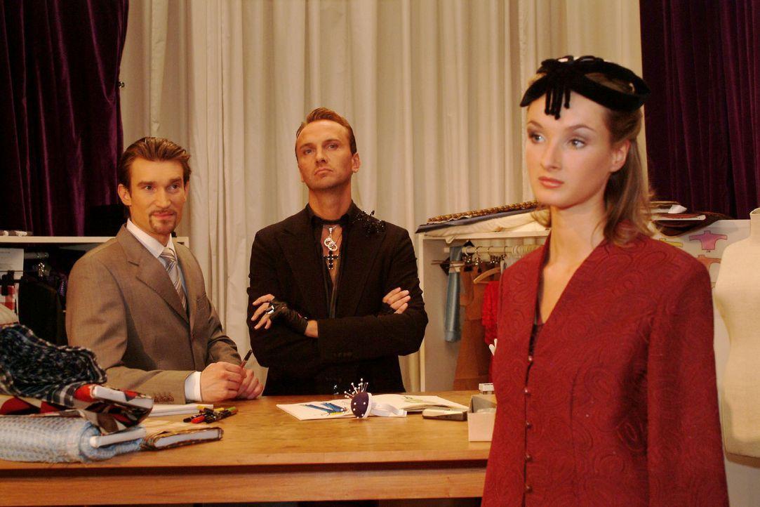 Hugo (Hubertus Regout, M.) und Richard (Karim Köster, l.) haben völlig unterschiedliche Auffassungen von Mode ... - Bildquelle: Monika Schürle Sat.1